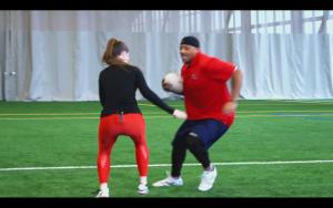 John Bowman apprend à jouer au rugby !